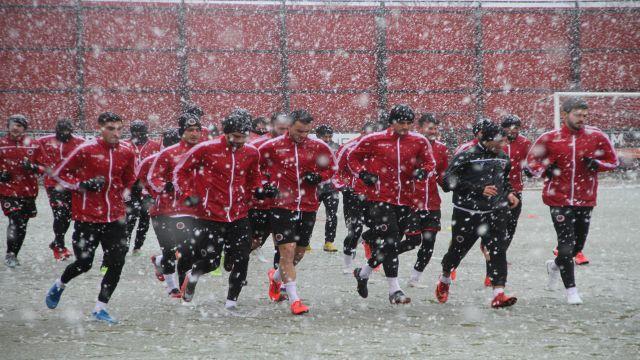 Gençler yoğun kar altında antrenman yaptı