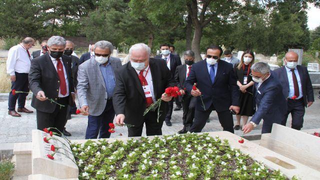 Onursal Başkan İlhan Cavcav'ın kabri ziyaret edildi