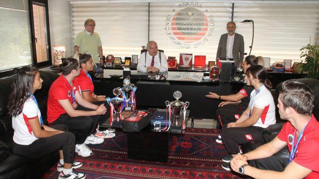 Şampiyonlardan Niyazi Akdaş'a hayırlı olsun ziyareti
